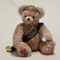 The Queen – longest reigning monarchCelebration Bear 36 cm Teddybär von Hermann-Coburg