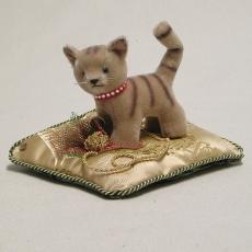 Kleiner Stubentiger auf Kissen 16 cm Teddy Bear by Hermann-Coburg